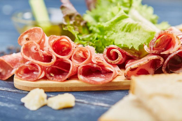 fotografia di cibo salame e alimenti decorativi