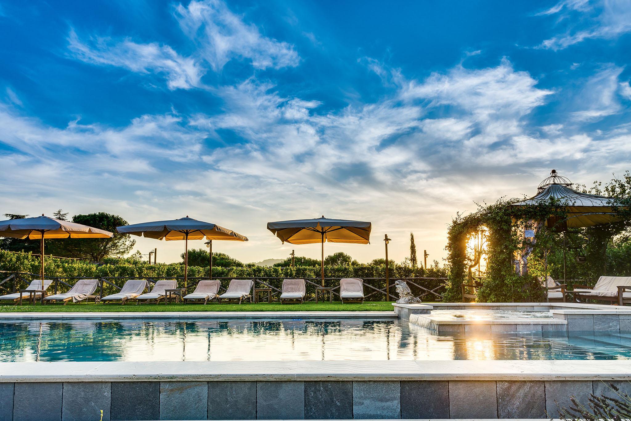 tramonto in piscina di lusso